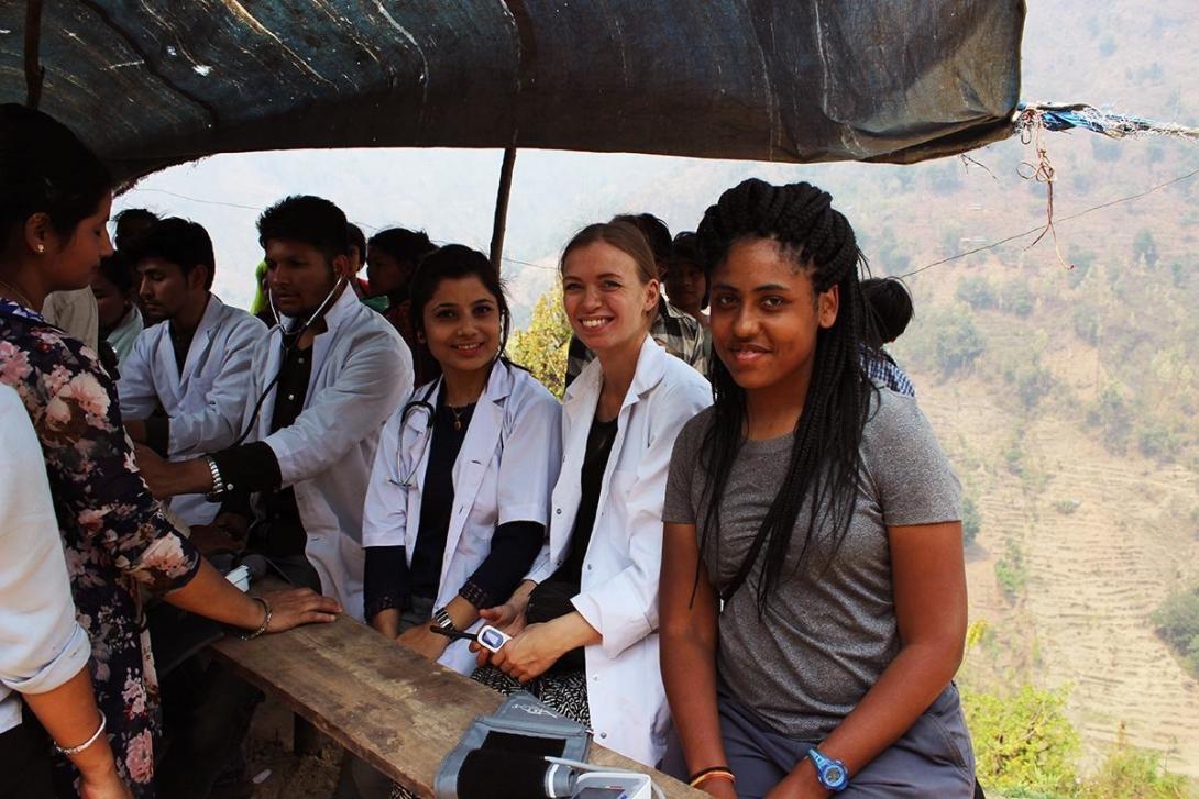Praktikanter på medicinprojektet i Nepal hjälper till på en sjukvårdsinsats ute i samhället.
